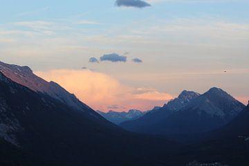 Zonsondergang tussen de bergen in Banff, Canada van Remco Phillipson