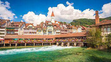 Blick auf die berühmte Untere Schleusenbrücke in der Stadt Thun, Schweiz von Chris Rinckes