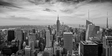New York - zwart-wit panorama over Manhattan van Toon van den Einde
