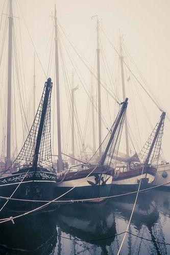 Oude zeilende vrachtschepen langs de kade