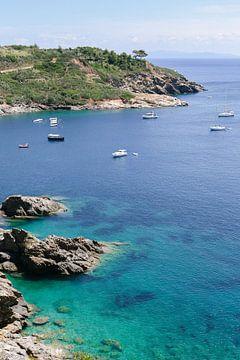 Sommer auf Elba | Insel | Italien | Küste | Boote | Türkisfarbenes Wasser | Reisefotografie | Landsc von Mirjam Broekhof