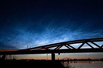 Nuages nocturnes lumineux au-dessus du pont ferroviaire de l'arche hanséatique près de Hattem - Zwol sur