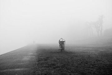 Strand in de mist van Fabian Schulting