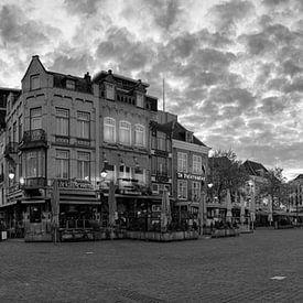 Panorama Den Bosch met put zwart wit van Leo van Valkenburg