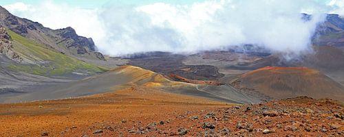Vulkaankrater in de mist