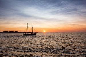Segelschiff bei Sonnenuntergang von Dennis Eckert