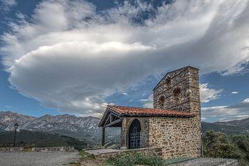 Kleine Kapelle im Gebirge Picos de Europa in Nordspanien von Harrie Muis