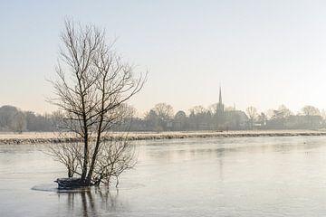 Bevroren rivier de Mark op een vroege winterochtend. van Ruud Morijn