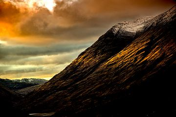 das Abendlicht fällt durch die Wolken auf das Muster des Berges von Studio de Waay