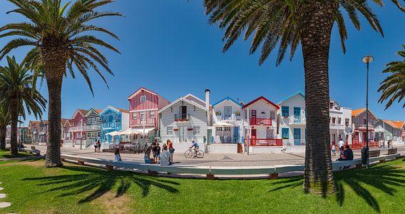 Typische fel gekleurde huizen, Costa Nova,  Aveiro, Beira Litoral, Portugal