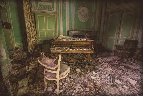 abandoned castle - piano van