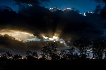 Indrukwekkende avondlucht voor zonsondergang van