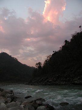 De rivier de Ganges in India bij zonsopgang van Nisangha Masselink
