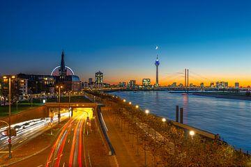 Zonsondergang in Düsseldorf van Michael Blankennagel