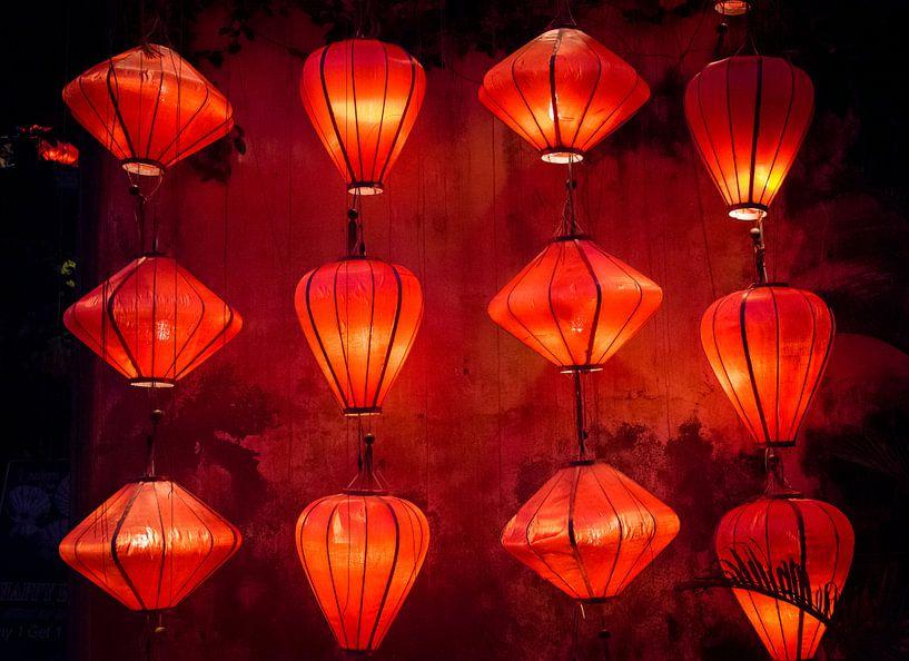 Brandende rode lantaarns in Hội An, Vietnam van Rietje Bulthuis