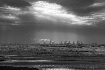 Zwart wit zonnestralen over de Maasvlakte van Sander de jong