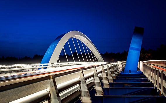Blauw/witte brug over de Maas van Martijn van Dellen