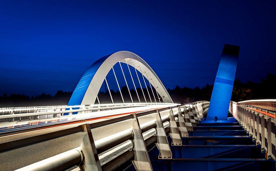 Blauw/witte brug over de Maas