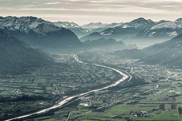 Sicht auf das Rheintal und dem Rhein in der winterlichen Jahreszeit von Besa Art
