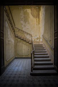 Treppenhaus in italienischer Villa (stehend) von Wesley Van Vijfeijken