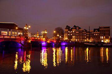 Das Stadtbild von Amsterdam mit der Blauen Brücke bei Nacht von Nisangha Masselink