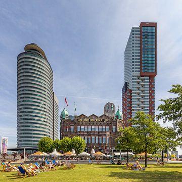 Wilhelminapier op de Kop van Zuid in Rotterdam op een zomerse dag van Annette Roijaards