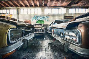 Vervallen garage met o.a Ford Capri's van