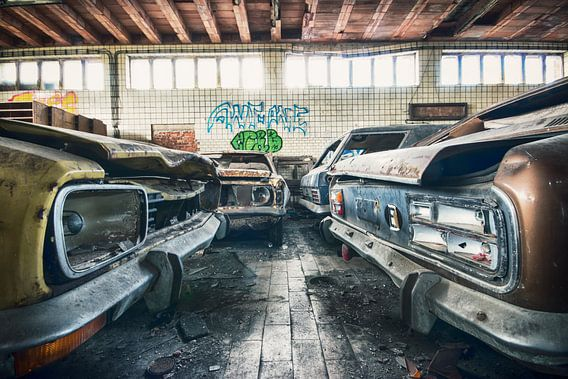 Vervallen garage met o.a Ford Capri's van Erik Noordhoek