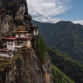 Le nid de tigre au Bhoutan, dans les montagnes de l'Himalaya sur Anges van der Logt