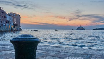Pier in Rovinj, Kroatië bij zonsondergang van WittholmPhotography