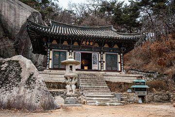 Tempel zwischen den Felsen in Südkorea von Mickéle Godderis