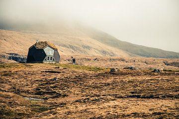 Winziges Haus auf den Färöer-Inseln von Expeditie Aardbol