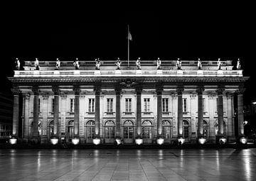 Die Oper von Bordeaux in dunklem Schwarz-Weiß von Ivo de Rooij