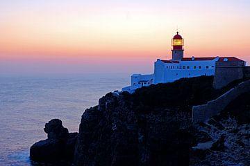 Leuchtturm Cabo Vicente bei Sonnenuntergang in der Nähe von Sagres von Nisangha Masselink