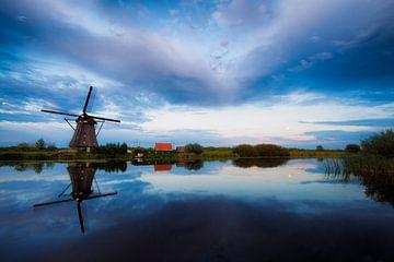 Windmolen in Kinderdijk tijdens zonsondergang van
