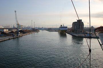 Ferry in haven Livorno van Monique Meijer