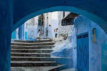 Spelende kinderen in Chefchaouen, Marokko van Paula Romein