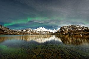 Noorderlicht boven een bergketen van Ralf Lehmann