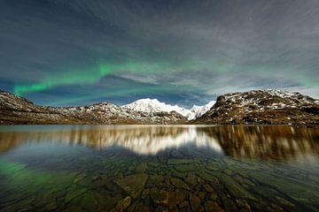 Noorderlicht boven een bergketen
