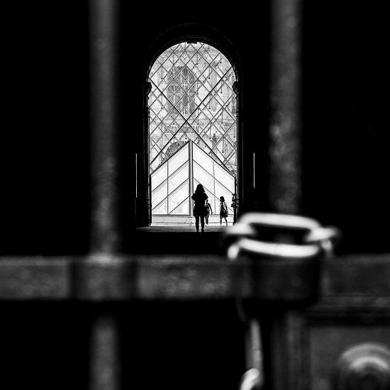 Eenzaam meisje in de buurt van het Louvre
