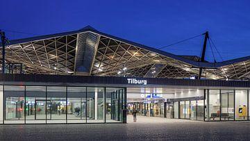 Rénové Tilburg gare au crépuscule sur Tony Vingerhoets