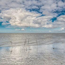 Wolkenlucht boven het Wad vanaf Lauwersoog van Harrie Muis