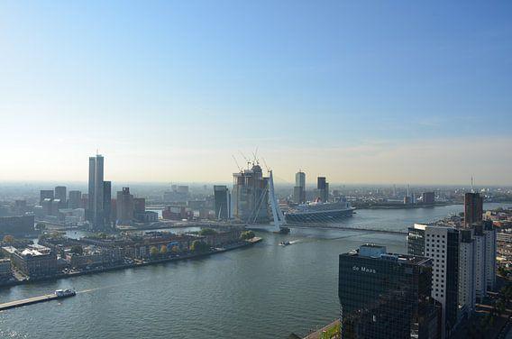 Queen Mary 2 in Rotterdam van Marcel van Duinen