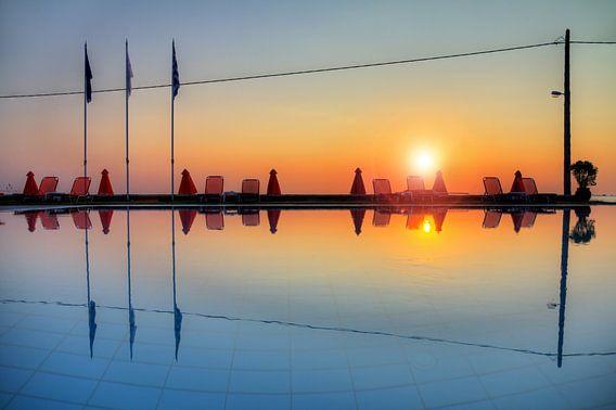 Zwembad reflectie van Dennis van de Water