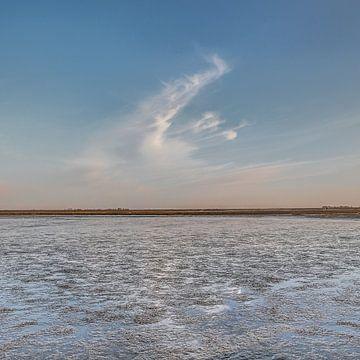 Verwaaide wolk boven het Wad bij Paesens Moddergat van Harrie Muis
