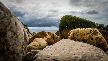 Rotsen strand in Portugal van Theo van Woerden