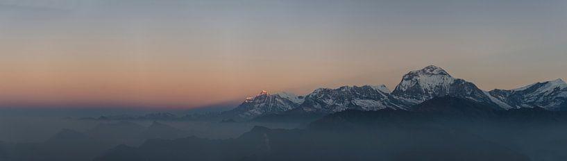 Panorama vanaf Poon Hill Nepal van Ellis Peeters