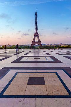 Tour Eiffel au lever du soleil sur Melanie Viola
