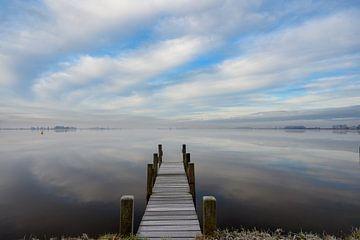 Mistige ochtend aan het water van Michel Knikker