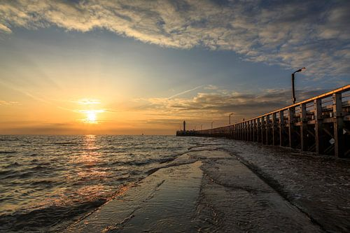 de pier van Nieuwpoort langs de belgische kust tijdens zonsondergang, Belgie